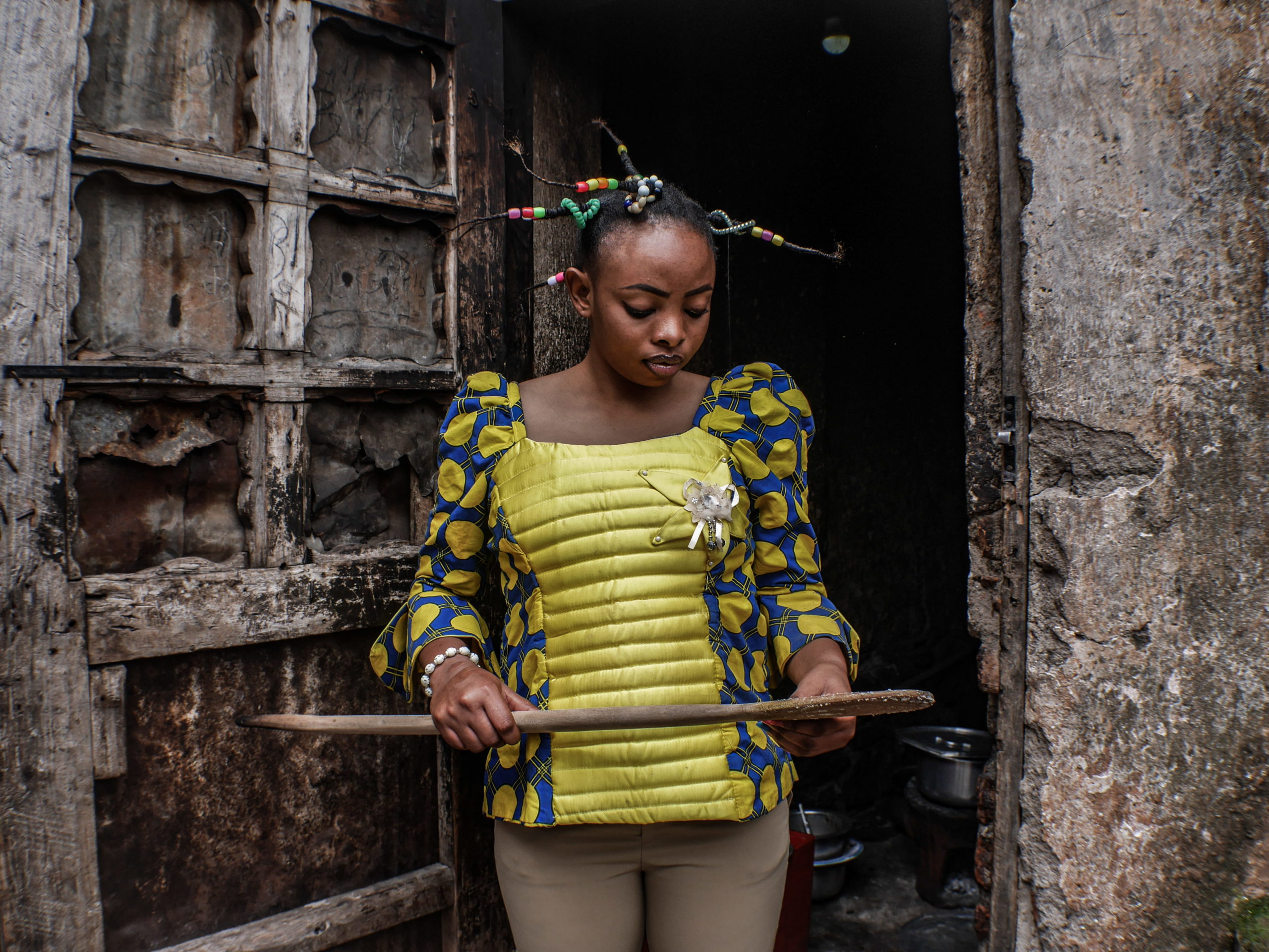 Bukavu, DRC, December 2019. A woman with a traditional hairstyle in the eastern Congolese city of Bukavu. © Raissa Rwizibuka Karama for Fondation Carmignac