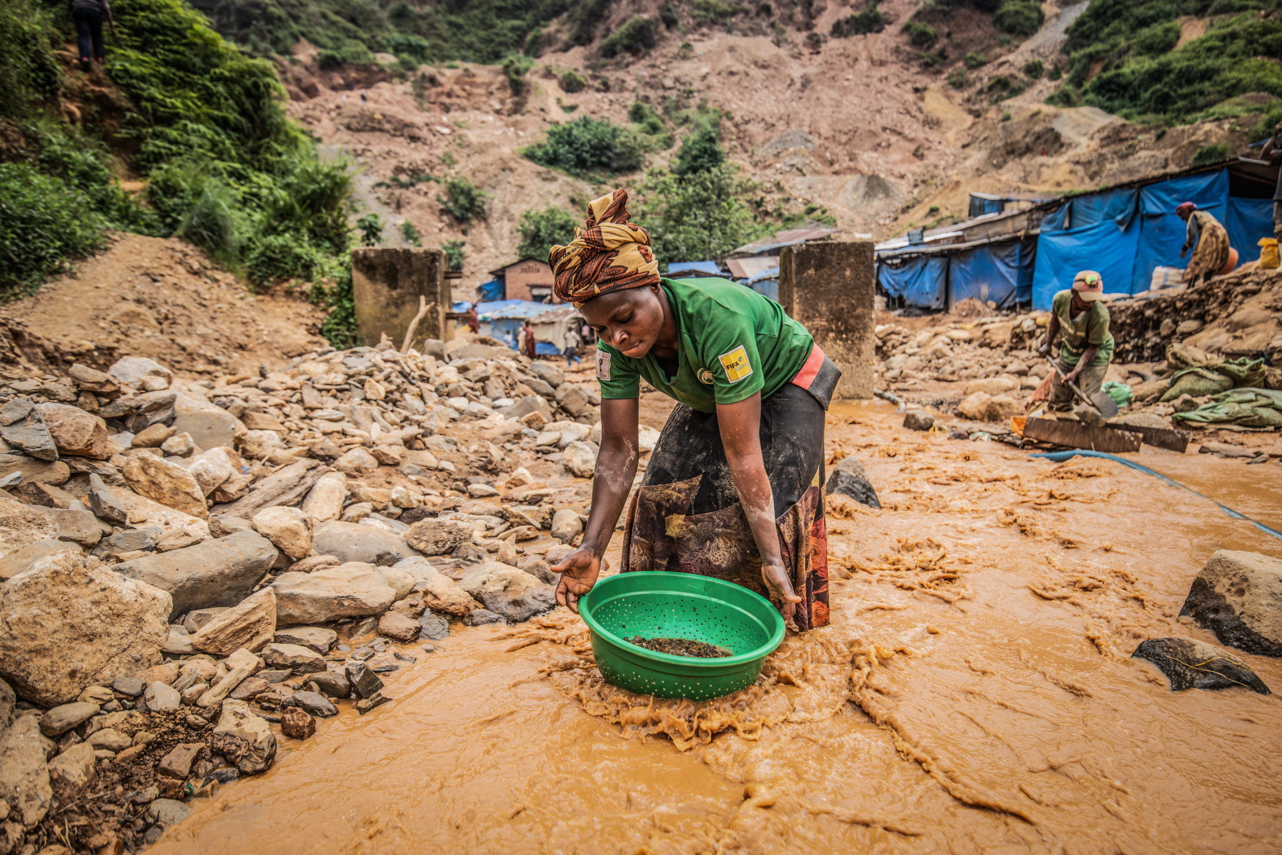 South Kivu Province, March 2021. A woman pans for gold at a mine called D3 in Kamituga. Moses Sawasawa for Fondation Carmignac