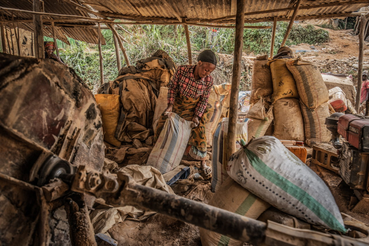 South Kivu Province, March 2021. A woman loads sacks of sand to be filtered for gold particles at a mine called D3 in Kamituga. Moses Sawasawa for Fondation Carmignac.
