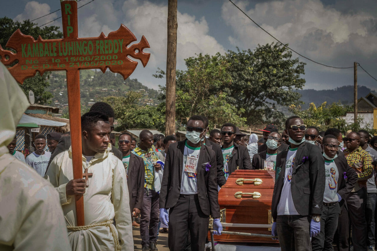 Beni, Democratic Republic of Congo, May 2020. Pall bearers carry the coffin of Freddy Kambale, an activist with the non-violent youth civil society movement Lutte pour le changement (LUCHA), who was shot and killed by police during a protest against insecurity in Beni last month. Police violence in Congo is common, according to Human Rights Watch. The trial of the officer accused of the shooting begins today. © Danny Matsongani for Fondation Carmignac