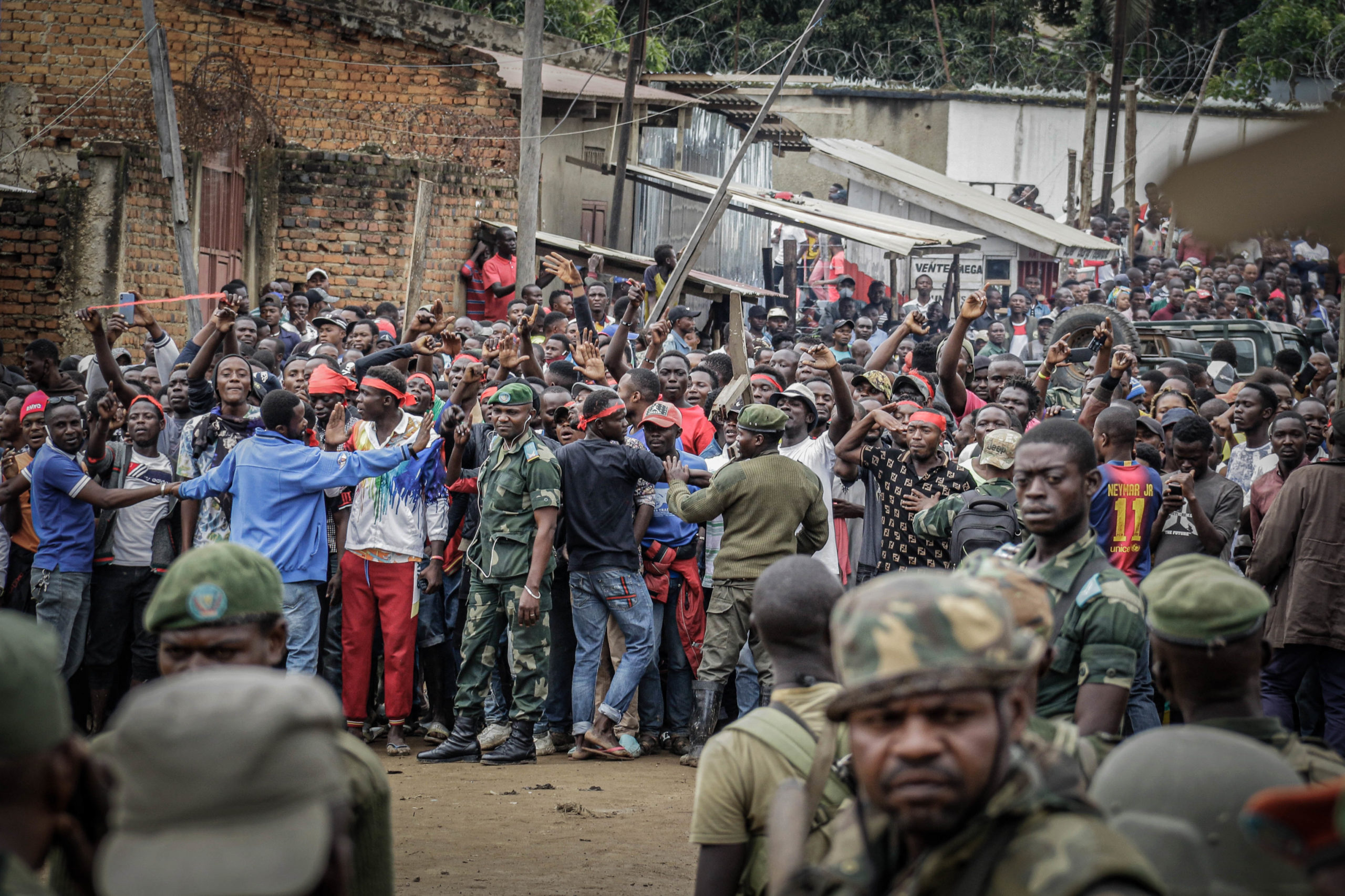 Bunia, DRC, September 4, 2020. Government soldiers take up positions between a crowd of youths angry that 100 heavily armed militiamen were able to enter the eastern Congolese city of Bunia last Friday. © Dieudonné Dirole for Fondation Carmignac