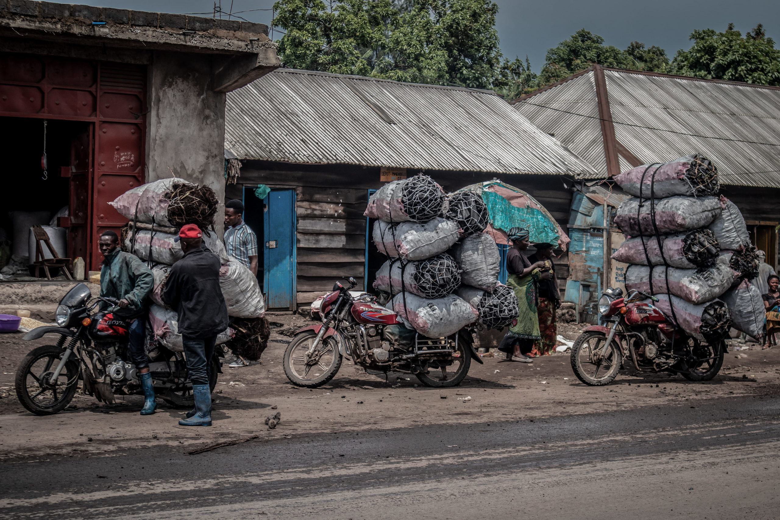 Goma, Nord-Kivu, DRC, December 2020. Motorcycle riders transport hundreds of kilos of charcoal on their bikes in the eastern Congolese city of Goma. © Guerchom Ndebo for Fondation Carmignac