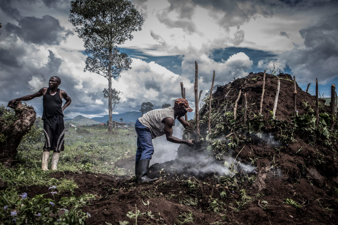 Virunga National Park, DRC, November 2020. Villagers fuel a kiln to make charcoal on a swathe of deforested land on the edge of Virunga National Park just north of the eastern Congolese city of Goma. © Guerchom Ndebo for Fondation Carmignac