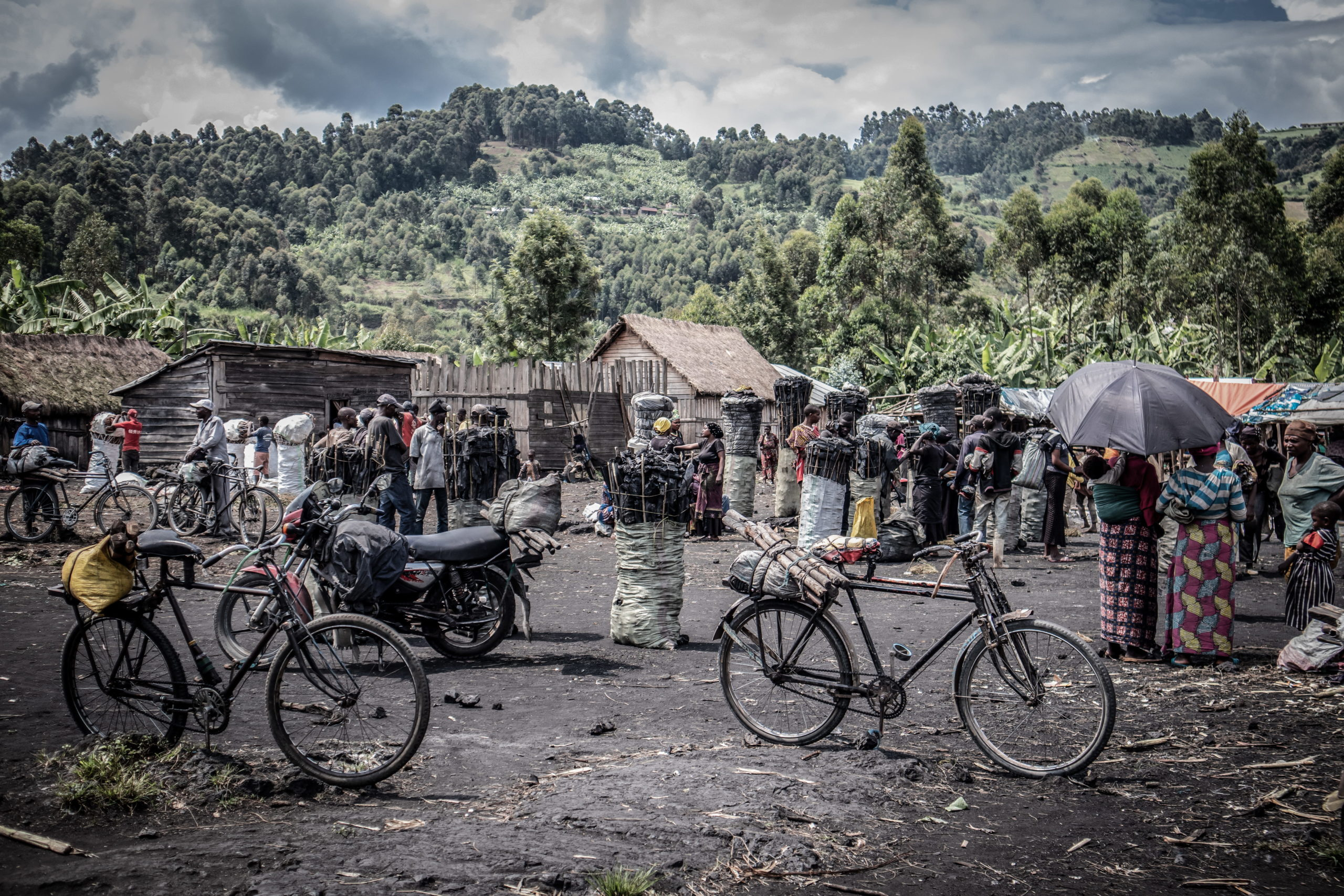 Virunga National Park, DRC, December 2020. The charcoal market of Kulupango on the edge of Virunga National Park just north of the eastern Congolese city of Goma. Most of the charcoal bound for Goma passes through Kulupango market. © Guerchom Ndebo for Fondation Carmignac