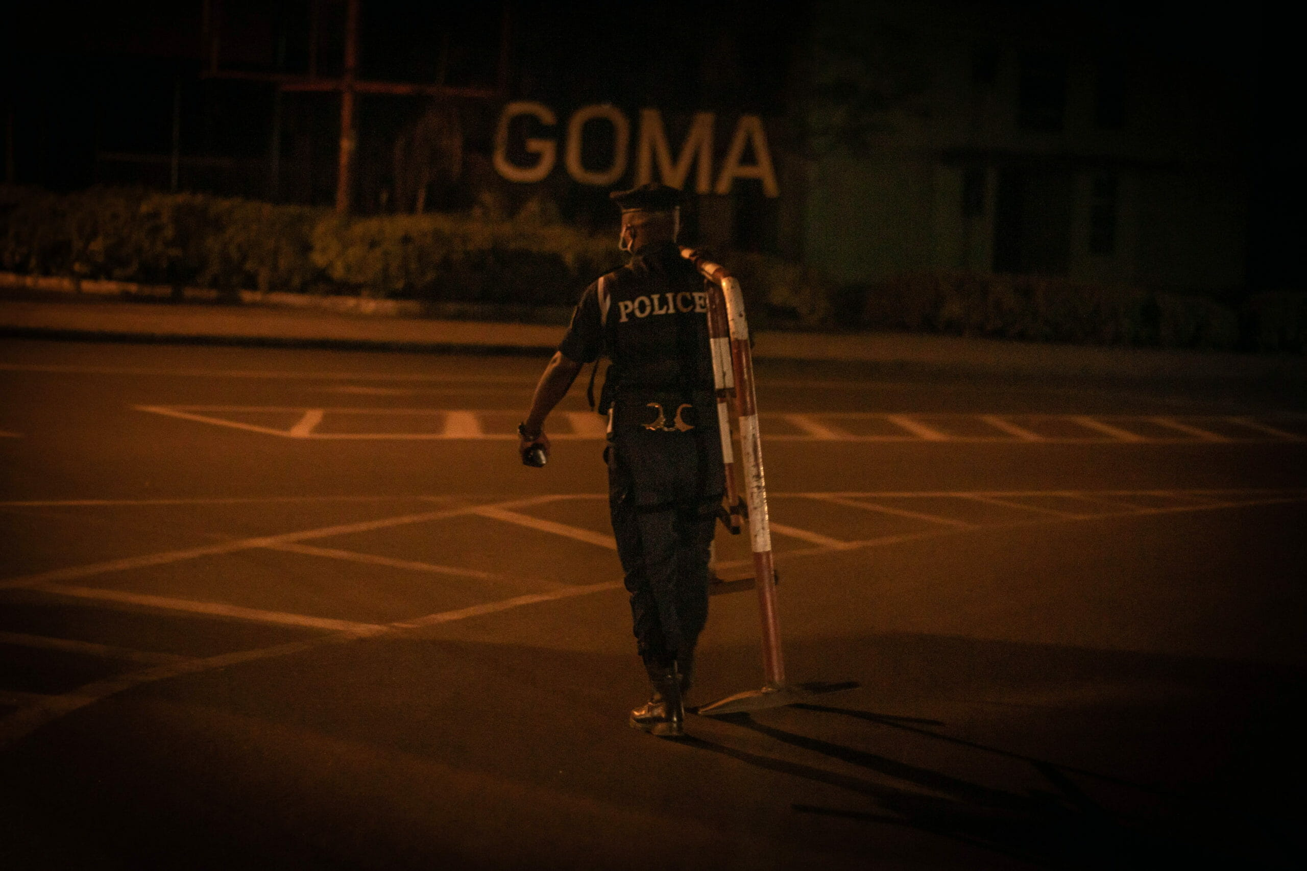Goma, DRC, May 20th, 2020. A police officer sets up a roadblock to enforce a new curfew imposed to limit the spread of coronavirus in the eastern Congolese city of Goma on Wednesday. © Guerchom Ndebo for Fondation Carmignac