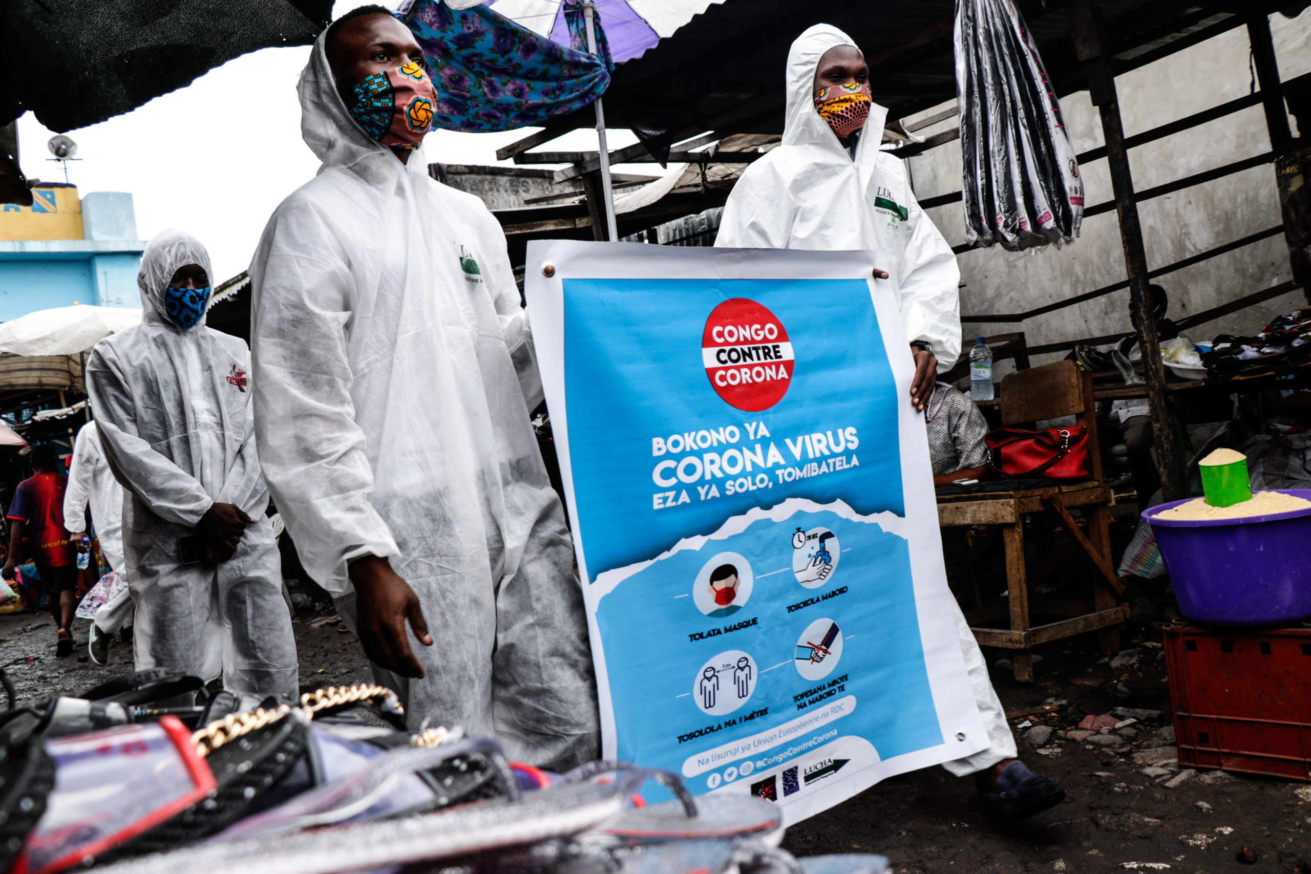 Kinshasa, DRC, May 2020. Members of the pro-democracy and civil society movement Filimbi (« whistle » in swahili) carry out a public educational campaign about coronavirus in a market in Congo's capital Kinshasa in May. © Justin Makangara for Fondation Carmignac