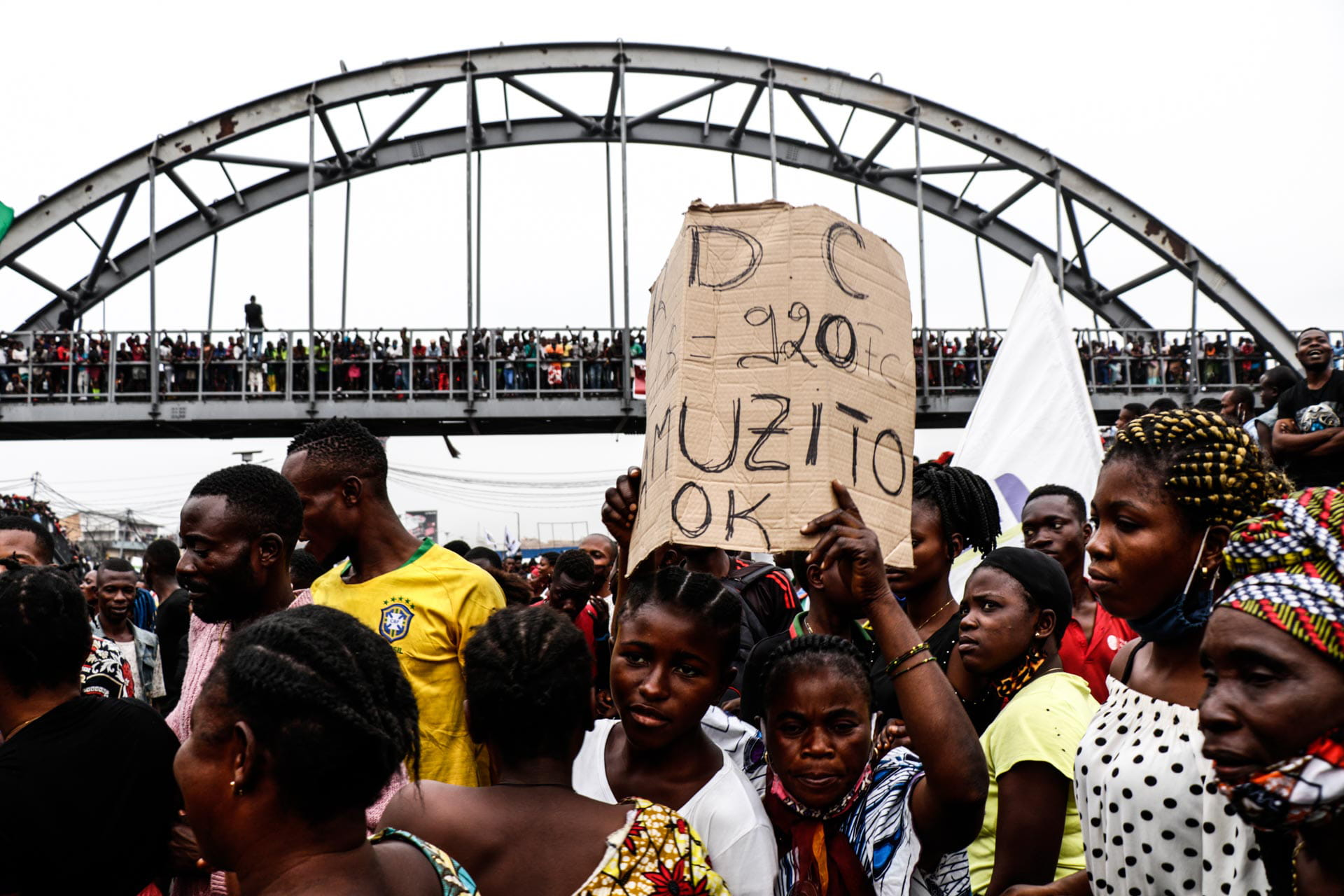 Kinshasa, DRC, August 23th 2020. Supporters line the streets waiting to catch a glimpse of Lamuka opposition party leader Martin Fayulu as he returned to Kinshasa this week after being stuck in the United States for five months due to coronavirus travel restrictions. © Justin Makangara for Fondation Carmignac