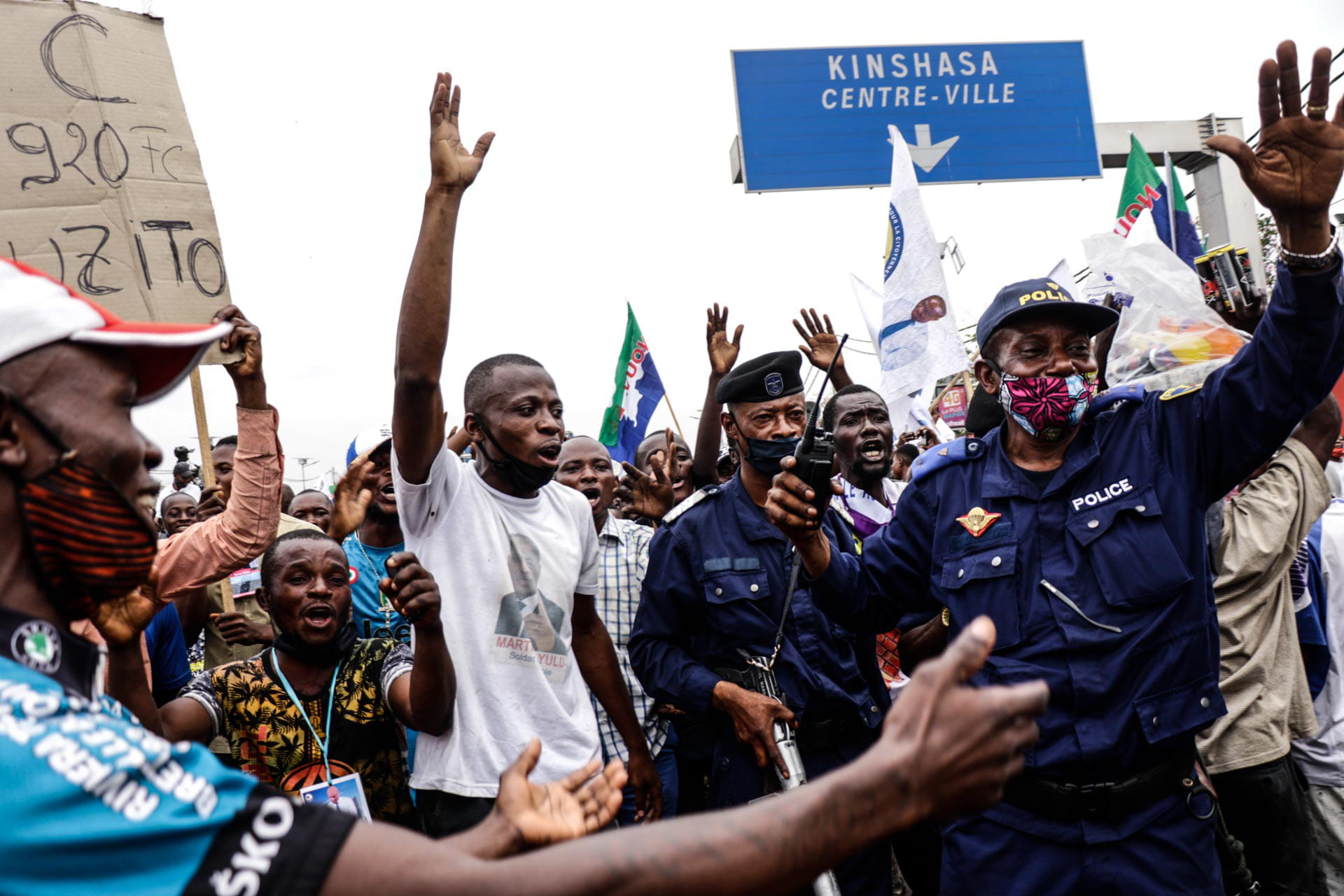 Kinshasa, DRC, August 23th 2020. Police did not attempt to disperse the crowds of supporters who lined the streets waiting to catch a glimpse of Lamuka opposition party leader Martin Fayulu as he returned to Kinshasa this week after being stuck in the United States for five months due to coronavirus travel restrictions. © Justin Makangara for Fondation Carmignac