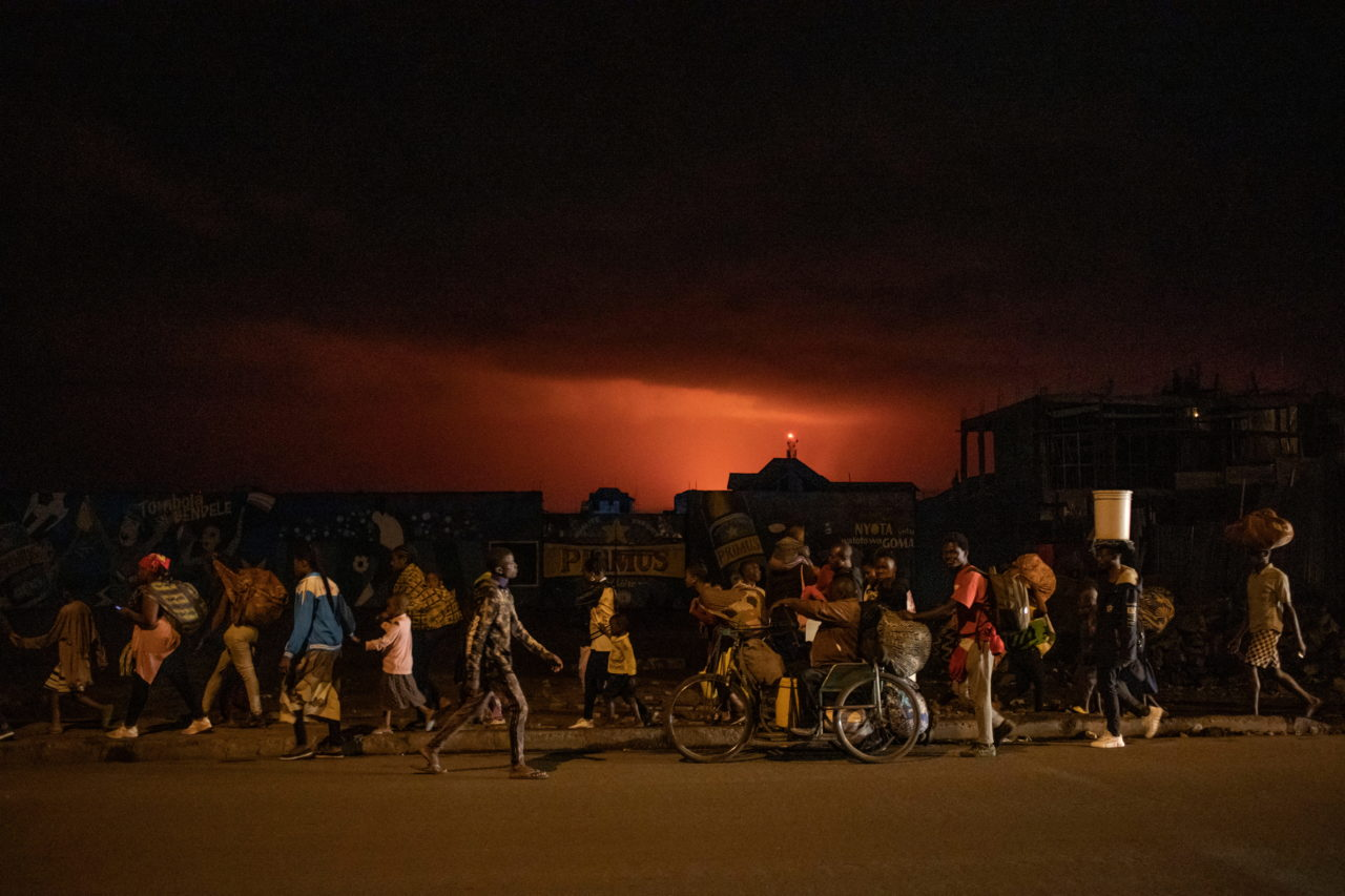 Goma, South Kivu, May 22 2021. At night, residents flee the eruption of Nyiragongo volcano on the night of May 22. Finbarr O'Reilly for Fondation Carmignac
